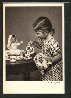 Alte Ansichtskarte: AK Ein junges Mädchen schenkt ihrer Puppe einen Tee ein