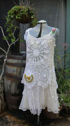 doily dress me encanta el encaje o el ganchillo de cualquier manera * deckchen kleid ich liebe spitze oder häkeln wie es sein soll Moda Vintage, Vintage Lace, Dress Vintage, Crochet Clothes, Diy Clothes, Rose Shabby Chic, Vintage Outfits, Vintage Fashion, Altered Couture