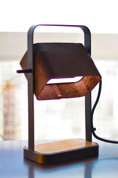 Lámpara RECONQUISTA. Diseñada en cuero, madera y metal.