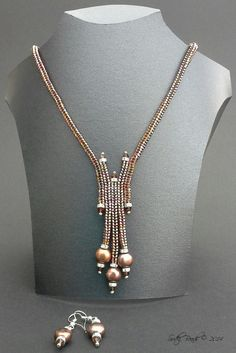 The herringbone stitch is very versatile, can use it to make a variety of design… Der Fischgrätenstich ist sehr vielseitig. Herringbone Necklace, Herringbone Stitch, Seed Bead Jewelry, Bead Jewellery, Seed Beads, Beaded Earrings Patterns, Beaded Necklaces, Diy Schmuck, How To Make Beads