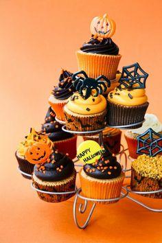Gestell für Muffins mit Kürbissen und Spinnen
