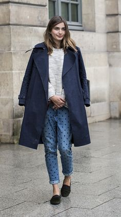 polka dot jeans, so cute with a menswear inspired coat! Fashion Week Paris, Street Fashion, Winter Fashion, Milan Fashion, Printemps Street Style, Spring Street Style, Polka Dot Jeans, Polka Dots, Blue Dots