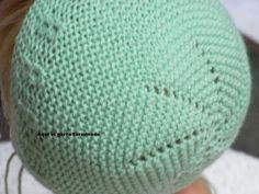 Aqui os dejo un tutorial de un gorro en lana del NENUCO,espero que os guste, es muy facil Se necesita,agujas del 2,5 ,lana de Bebe y una ... Knitting For Kids, Knitting Projects, Baby Knitting, Knitted Dolls, Knitted Hats, Knitting Stitches, Knitting Patterns, Baby Presents, Knitted Baby Clothes