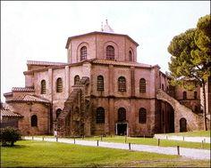 San vital de Rávena. Construida en 547-48 y consagrada por Máximo, exteriormente ladrillo, planta centralizada octogonal y deambulatorio de dos cuerpos, nártex y un solo ábside con capillas.