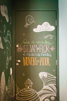 Porta – Para os mais descolados a porta pode servir como quadro.