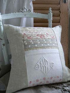 Love the monogram incorporated into the pieced pillow!