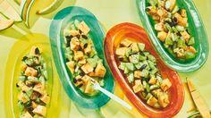 Gurke und Cantaloupe-Melone verbinden sich in diesem Salat mit Chili, Honig, Sumach und gerösteten Kürbiskernen zu einer aufregenden kulinarischen Identitätskrise.