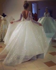 بالفيديو| فساتين الزفاف اللامعة تكتسف موضة هذا العام