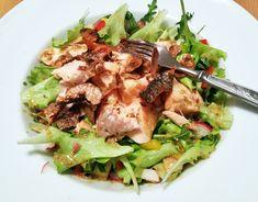 Recept na salát s pečeným lososem a hořčičnou zálivkou přináší jednoduchý postup pro přípravu jídla, které je díky zelenině plné vitamínů a rybě omega 3.