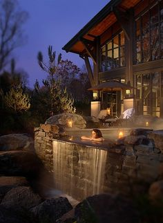 Gorgeous mountain home with outdoor jacuzzi designed with falling water. Amazing architecture and design. Jacuzzi Outdoor, Outdoor Spa, Indoor Outdoor, Mountain Homes, Cabins In The Woods, Design Case, Log Homes, My Dream Home, Exterior Design