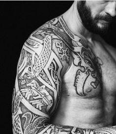 viking tattoos, mann, oberarm tätowieren, tattoo mit vielen elementen