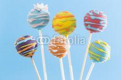 bunte Cake Pops, blauer Hintergrund, Kuchen, Süßigkeit