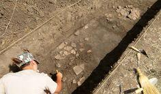 Ziua 3: Bianca Preda curăţând fragmentele celui de-al doilea vas descoperit in situ.