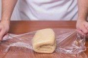 Astăzi vreau să vă prezint rețeta celui mai simplu aluat foietaj de casă. Se gătește foarte rapid – în cel mult 10 minute este gata. Fără efort, risipă de timp și ingrediente! Trebuie doar să amestecați pe rând ingredientele și să dați aluatul la frigider. Acest minunat aluat poate fi folosit atât imediat, cât și …