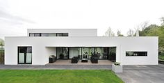 White Contemporary House Design Exterior Used Among Flat Roof Also Green Landscaping Decoration Ideas as Home Inspiration Minimalist House Design, Minimalist Home, Modern House Design, Residential Architecture, Contemporary Architecture, Interior Architecture, Contemporary Homes, Contemporary Interior, Building Design