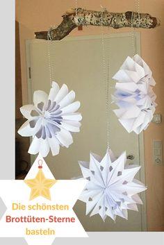 Sterne aus Brottüten zu basteln - daran führt in vorweihnachtlichen DIY-Stunden kein Weg vorbei. Ich zeige Euch die schönsten Variationen. #Weihnachten #Basteln #Brottüten #Brotzeittüten #Papiertüten #Brotzeittütensterne