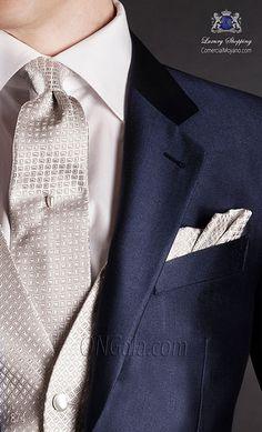 """Traje de novio azul en tejido ligero """"new performance"""". Corte clásico sartorial con dos botones forrados y dos aberturas traseras."""