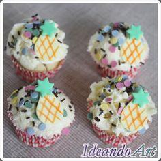 Mini cupcakes tropicales, de piña con merengue de piña y decorados con piñas de fondant by IdeandoArt