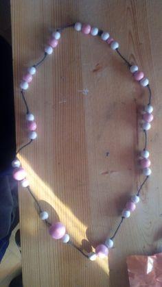 Collar realizado con abalorios rosas y blancos.