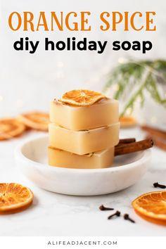 Christmas Soap, Christmas Crafts, Handmade Soap Recipes, Handmade Crafts, Homemade Cleaning Supplies, Easy Homemade Gifts, Sugar Scrub Recipe, Beauty Recipe, Home Made Soap