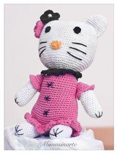 Compuesta por 40 pañales y un amigurumi hecho a mano con hilo de algodón. Según la tradición japonesa dan suerte y protegen al bebé. Couches, Hello Kitty, Character, Nappy Cake, Pies, Hand Made, Amigurumi, Sofas, Couch