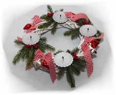 Ein besonderer, wunderschöner Adventskranz der sie durch die Adventszeit begleitet :)  Der Adventskranz ist aus einem weißen Holzkranz, Schleifchen, Glaskugeln und unechter Tanne gefertigt. Kerzen...