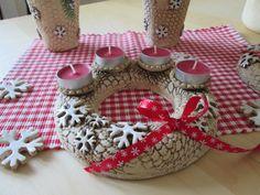 Adventní věnec vločky Na klasické i čajové svíčky. Ručně modelovaný ze šamotové hlíny, pálený na vysokou teplotu. Misky na svíčky jsou vyglazovány. Průměr je zhruba 20 cm. Svíčky nejsou součástí prodeje. Pottery Gifts, Advent Wreath, Air Dry Clay, Ceramic Art, Holiday, Christmas, Wreaths, Candles, Ceramics