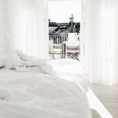 35 all-white room ideas. Discover photos of living rooms, bedrooms, kitchens, and bathrooms decorated in all white decor. Find monochrome white rooms that will inspire your own decor. All White Room, White Rooms, White Bedroom, Interior Exterior, Home Interior, Interior Design, Simple Bedroom Decor, Cool Beds, Minimalist Bedroom
