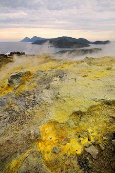 Depuis le cratère de Vulcano (îles éoliennes), vue sur Salina et Lipari