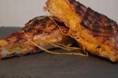 """""""Alles schmeckt besser mit Bacon!!!""""Mahlzeit! Es war mal wieder soweit, dass ich etwas schnelles für die Mittagspause gesucht habe, also was gibt es schöneres als etwas mit Bacon zu umhüllen.Der Trend zu diesem Toast ist schon lange durch die BBQ Szene durch, aber testen wollte ich es trotzdem auch mal selber... zusammen mit dem immer noch herrlichen Mexicana Cheese (ein Traum von Chili)."""