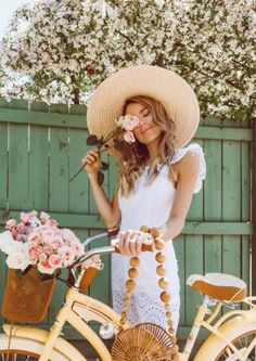 Christine Andrew talks about her love for flowers and bikes and all things Spring. Estilo Blogger, Lifestyle Photography, Photography Poses, Travel Photography, Spring Look, Looks Style, My Style, Christine Andrew, Foto Fashion