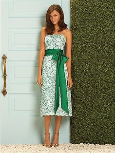 This is a fun way to have the bridesmaids match. The maid of honor could wear blue and the rest could wear green.