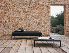 Tagesbett Kaffeetisch niedrig Steinwand Terrasse Haus