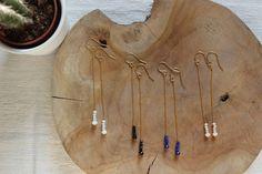 bijoux de créatrice, boucles d'oreilles fines en argent massif doré à l'or fin 24 carats avec perle de verre facettées pour un effet chic et simple