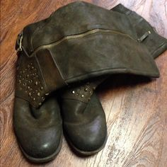 Nine West boots.Firm Worn very good condition.A good fit for 8/8.5 Nine West Shoes Winter & Rain Boots