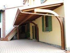 Porticato a sbalzo ad una falda, linea Classica, dimensioni cm 300x800. Supporti arcati, soffitto in legno perlinato, canali di gronda in rame, copertura in lastre grecate di rame.
