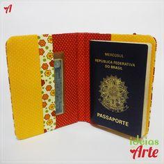 Dimensões 10 x 14 cm (fechado)     Porta passaporte feito em cartonagem e revestido com tecido nacional 100% algodão.   Com cantos arredondados!   Fechamento com elástico roliço.   Possui 3 compartimentos: para passaporte, voucher de viagem e documentos.     *Pode ser encomendado em outras estampas.