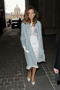 Sexy and classic look: Lace white dress, blue coat, gloves and stilettos - Sarah Jessica Parker