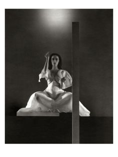 Portrait of Martha Graham in Primitive Mysteries, by Edward Steichen. From impressionism over avant-garde to fashion pictures, Steichen contributed significantly to his medium. In the proces, he touched on idea of composition, layering and collage. Martha Graham, Edward Steichen, Ballet Russe, Dance Dreams, Edward Weston, Alfred Stieglitz, Modern Dance, Portrait Photographers, Portraits
