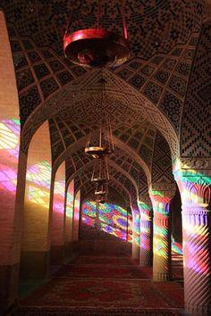 【イラン】 朝日が魅せる魔法!ステンドグラスが放つ、神秘的な色の光の絨毯が幻想的! - NAVER まとめ