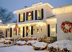 Exterior Christmas Lights, Best Outdoor Christmas Decorations, White Christmas Lights, Christmas Lights Outside, Hanging Christmas Lights, Christmas House Lights, Christmas Greenery, Decorating With Christmas Lights, Christmas Porch