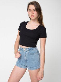 【ベビーリブクロップTシャツ】ウエストラインのやや上までの丈のスクープネックTシャツ。…