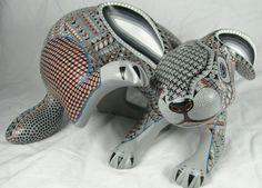 Sobre todo la posición del conejo que es más orgánica y plástica , como en movimiento. Oaxacan Wood Carvings - Alebrijes, Oaxacan Animals. Mexico. Jacobo Angeles