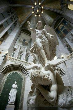 Miguel Arcanjo pisando na cabeça do Diabo - Imagem