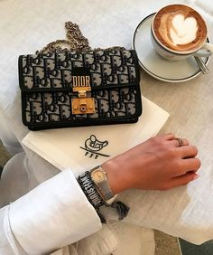 Find tips and tricks, amazing ideas for Gucci purses. Discover and try out new things about Gucci purses site Cute Handbags, Gucci Handbags, Handbags Michael Kors, Luxury Handbags, Purses And Handbags, Cheap Handbags, Cheap Purses, Fossil Handbags, Ladies Handbags