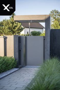 Dark Monolith modern fence: Rockina Cubero plates, Arete Vertico slats and Arete Pure gates. Garden Fence Panels, Fence Plants, Front Yard Fence, Farm Fence, Diy Fence, Fence Landscaping, Backyard Fences, Fence Gate, Pool Fence