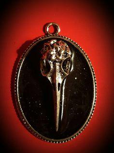 Guarda questo articolo nel mio negozio Etsy https://www.etsy.com/listing/471444524/crow-skull-necklace-cameo-pendant-black