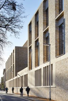 Judge Business School by Stanton Williams. The Simon Sainsbury Centre was designed by London-based firm Stanton Williams to replace two former nurses' hostels, and adjoins the school's Grade II heritage-listed Addenbrooke's building. University Architecture, Brick Architecture, School Architecture, Contemporary Architecture, Architecture Details, Facade Design, Exterior Design, Stanton Williams, Building An Addition