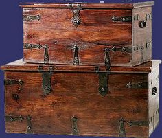 Love these chests! Wooden Trunks, Old Trunks, Trunks And Chests, Wooden Chest, British Colonial Bedroom, British Colonial Style, Old Suitcases, Dark Wood, Crates