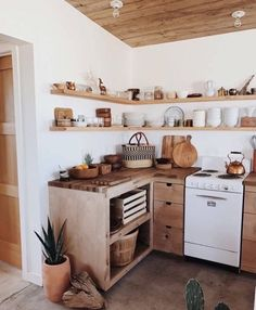 French Home Decor Cozinha toda madeira marrom e branco. Home Decor Cozinha toda madeira marrom e branco. Kitchen Interior, Kitchen Decor, Kitchen Design, Wooden Kitchen, Rustic Kitchen, Boho Kitchen, Open Shelf Kitchen, Small Home Interior Design, Kitchen Ideas